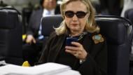 Hillary Clinton, im Jahr 2011 noch Außenministerin, checkt die Mails auf ihrem Blackberry.