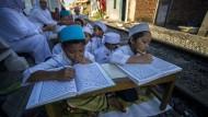 Islam in Indonesien: Religionsschüler aus Surabaya lernen den Koran zu lesen.