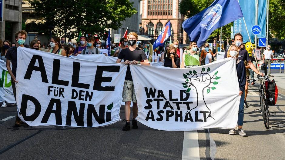 Bereits am Freitag waren Teilnehmer eines Aktionstags gegen den geplanten Weiterbau der Autobahn 49 mit Bannern durch die Wiesbadener Innenstadt gezogen.