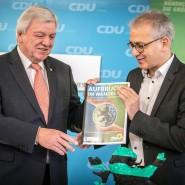 Beschluss des abermaligen Regierungsbündnisses im Dezember 2018: Der hessische Ministerpräsident Volker Bouffier (links, CDU) und Wirtschaftsminister Tarek Al-Wazir (Grüne) mit dem unterzeichneten Koalitionsvertrag