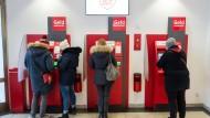 Kunden in einer Hamburger Sparkasse