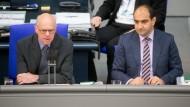 Bundestagspräsident Norbert Lammert (l., CDU) spricht am Donnerstag zu Beginn der Bundestagssitzung neben Abgeordneten Özcan Mutlu (Bündnis 90/Die Grünen) zur verabschiedeten Armenien-Resolution.