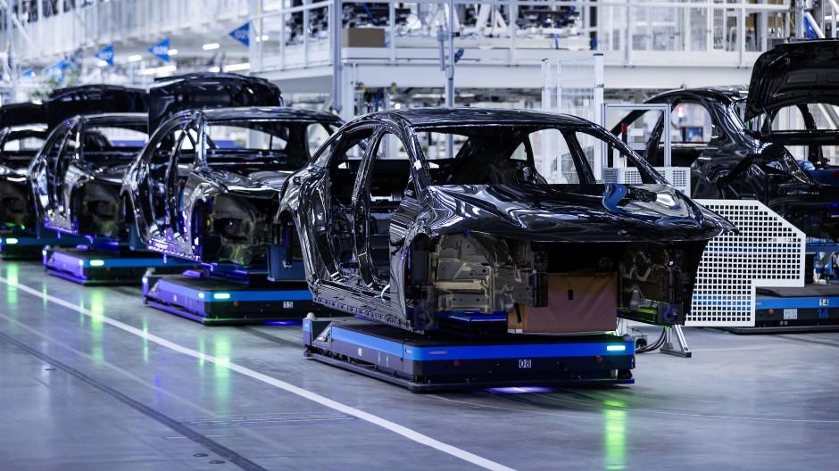 Karosserien für die vollelektrische Luxuslimousine EQS im Mercedes-Benz-Werk in Sindelfingen
