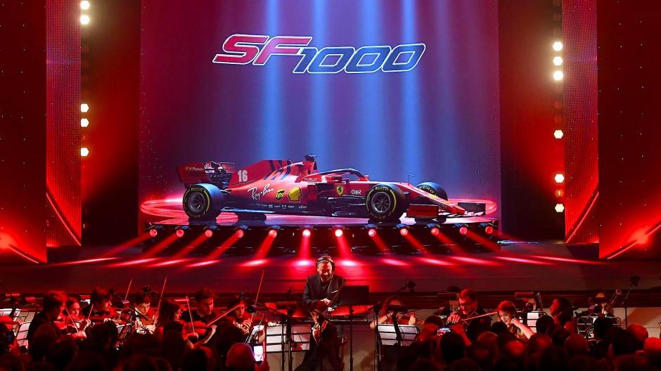 Mit feinen Strichen eingestimmt: Bevor der neue Ferrari losbrüllt, inszenierte die Scuderia eine wohlklingende Präsentation.