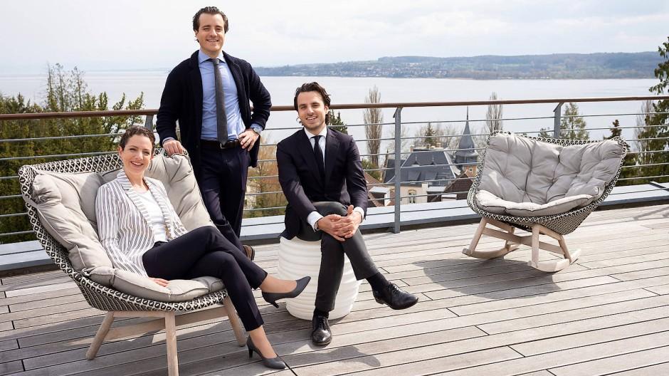 Immer mit Aussicht: Katharina Rohrer-Zaiser, Leonard Wilhelmi und Victor Wilhelmi (rechts) auf der Terrasse der Buchinger Wilhelmi Klinik in Überlingen am Bodensee