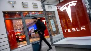 Tesla macht Autos teurer, um Läden zu behalten