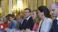 Der französische Staatspräsident Emmanuel Macron mit seinen Ministern bei der ersten Kabinettssitzung im Elysée-Palast