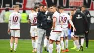 Nürnbergs Interims-Cheftrainer Boris Schommers spricht nach Abpfiff mit Eduard Löwen.