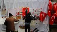 Nach dem Anschlag in Istanbul vom 19. März legen Menschen in der Istiklalstraße Rosen nieder.