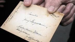 Alte Feldpostbriefe - Deutsche Post und Jersey Post übergeben den ersten von 86 Feldpostbriefen, die 1941 von deutschen Soldaten auf der Insel Jersey geschrieben wurden, an Engelbert Josef Bergmann, den Enkel des eigentlichen Empfängers