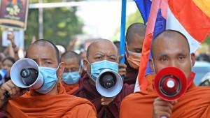 Wenn Mönche zu den Waffen greifen