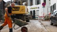 Ein Mann schafft am 6. August Schutt im nordrhein-westfälischen Erftstadt weg