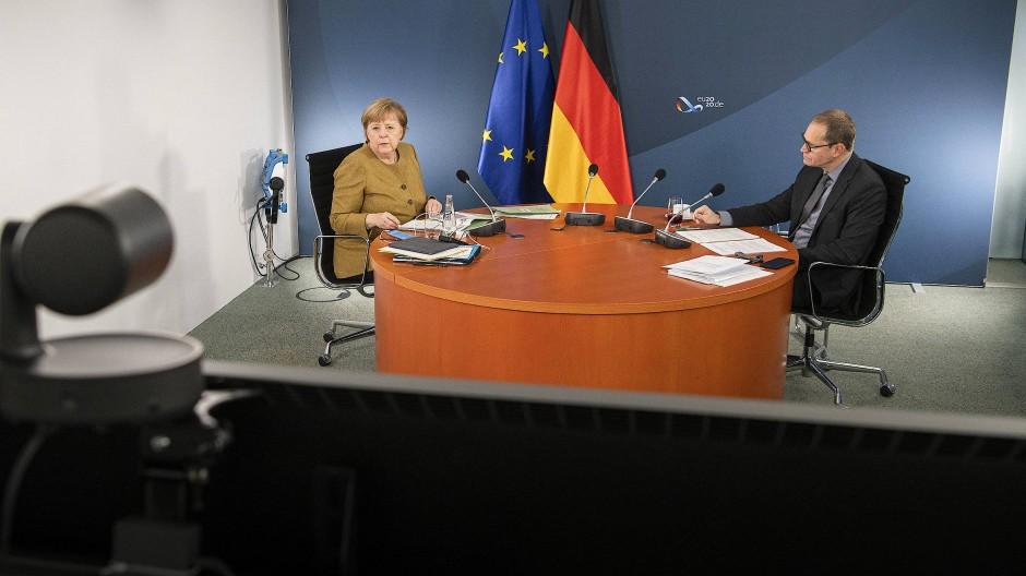 Angela Merkel und Michael Müller am Mittwoch während der Videokonferenz im Kanzleramt.