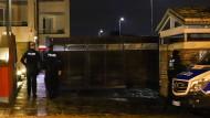 Polizisten an einem Wohnhaus während einer Razzia in Nordrhein-Westfalen gegen Kinderpornographie