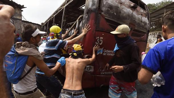 Proteste und Gewalt an Venezuelas Grenze zu Kolumbien