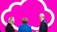 Wo geht's hier zum Wähler? Angela Merkel informiert sich auf der Cebit über Cloud-Computing.