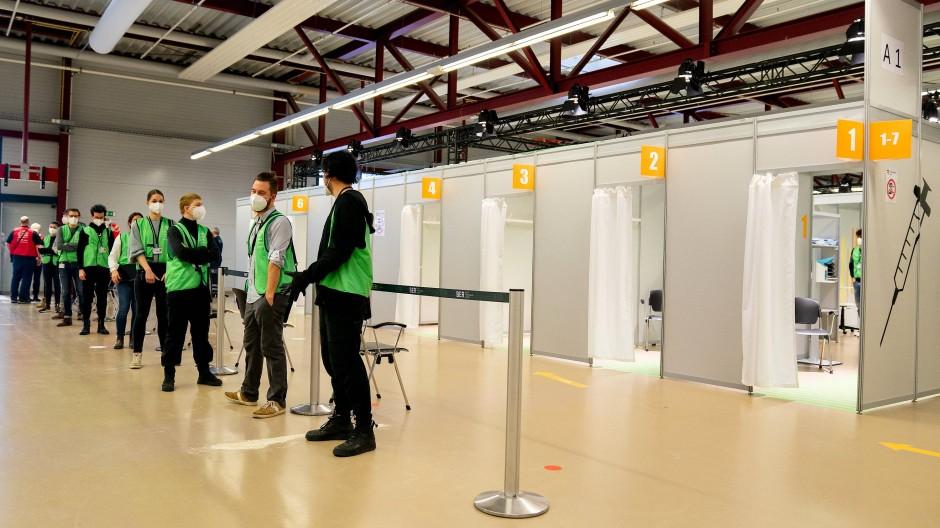 Ein Foto von Anfang Februar: Helfer warten im vierten Impfzentrum in Berlin auf Patienten.