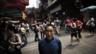 Ist das alles noch gesund? Ein älterer Chinese im neuen Touristenviertel Yu Garden in Schanghai.