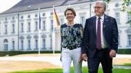 Bundespräsident Frank-Walter Steinmeier und seine Frau Elke Büdenbender im Juni 2020 im Park von Schloss Bellvue.