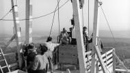 Wagemutig, wer 1955 zum Richtfest auf die erste Decke einschwebte