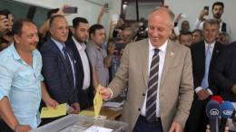 Türken beziehen vor Auszählungsbüros Stellung