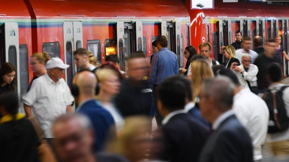 Strecke gesperrt: Reisende in Richtung Frankfurter Flughafen müssen in den nächsten Wochen viel Geduld mitbringen. (Symbolbild)