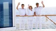 """""""Schiffsarzt"""" Nick Wilder (links nach rechts), """"Chefstewardess"""" Heide Keller und """"Kapitän"""" Sascha Hehn an Bord des """"Traumschiffs""""."""