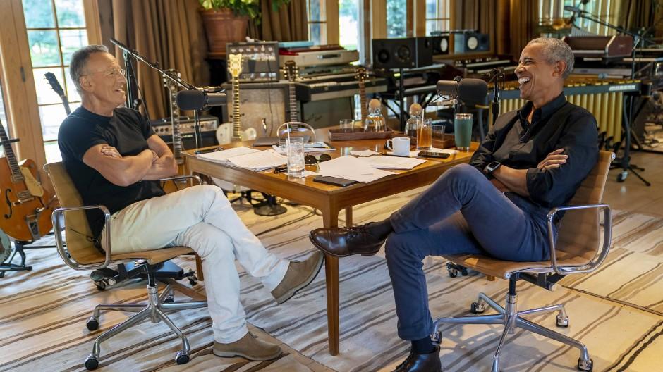 """Das neueste Star-Team wurde auch gleich bekanntgegeben: Obama und Springsteen. Ihr Podcast wird """"Renegades: Born in the USA"""" heißen."""
