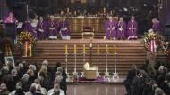 Mit einem Requiem im Mainzer Dom wurde der frühere Mainzer Bischof Kardinal Karl Lehmann feierlich verabschiedet. Zu den Trauergästen gehörten neben der Familie Lehmanns Würdenträger aus Kirche, Politik und Gesellschaft.