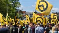 """Anhänger der rechtsradikalen """"Identitären Bewegung"""" demonstrieren im Jahr 2017 in Berlin."""