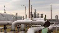 """Blick auf eine Pumpanlage am Ende der Erdöl-Pipeline """"Druschba"""" (Freundschaft) in der Raffinerie PCK Schwedt."""