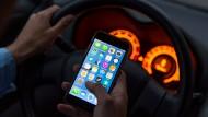 Sehr gefährlich: Smartphone am Steuer (Symbolbild)