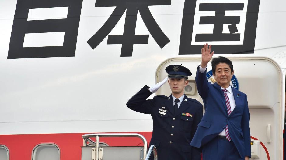 Für Japans Regierungschef Shinzo Abe (r.) ist das Abkommen mit der EU ein wichtiges Projekt.