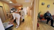 Wer mehr bezahlt, bekommt zwar keine bessere Medizin, er bekommt aber in vielen Fällen schneller einen Arzttermin.