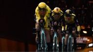 Mike Teunissen links im Gelben Trikot: Zum Auftakt der Tour de France in Brüssel ist der Niederländer der Überraschungssieger.