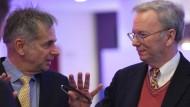 Eric Schmidt, Executive Chairman von Alphabet Inc. (r), und Martin Hoffmann, Intendant der Stiftung Berliner Philharmoniker, bei der Vorstellung der Kooperation