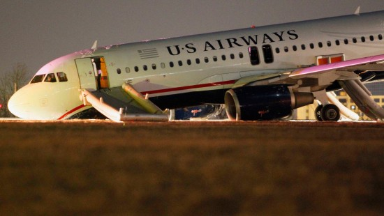 Flugzeug kracht in Amerika auf die Startbahn