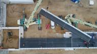 Baustelle Autobahn: An der Behelfsbrücke für die abgesackte Autobahn A20 wird im November 2018 das letzte Bauteil östlich der Trebeltalbrücke verlegt.