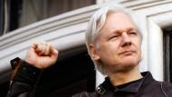 Wikileaks-Gründer Julian Assange ballt auf dem Balkon der Botschaft von Ecuador in London 2017 die Faust.