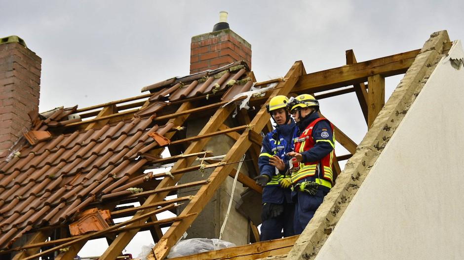 Ein beschädigtes Dach eines Hauses in Bobenheim am Berg – der Tornado habe insgesamt elf Häuser beschädigt.