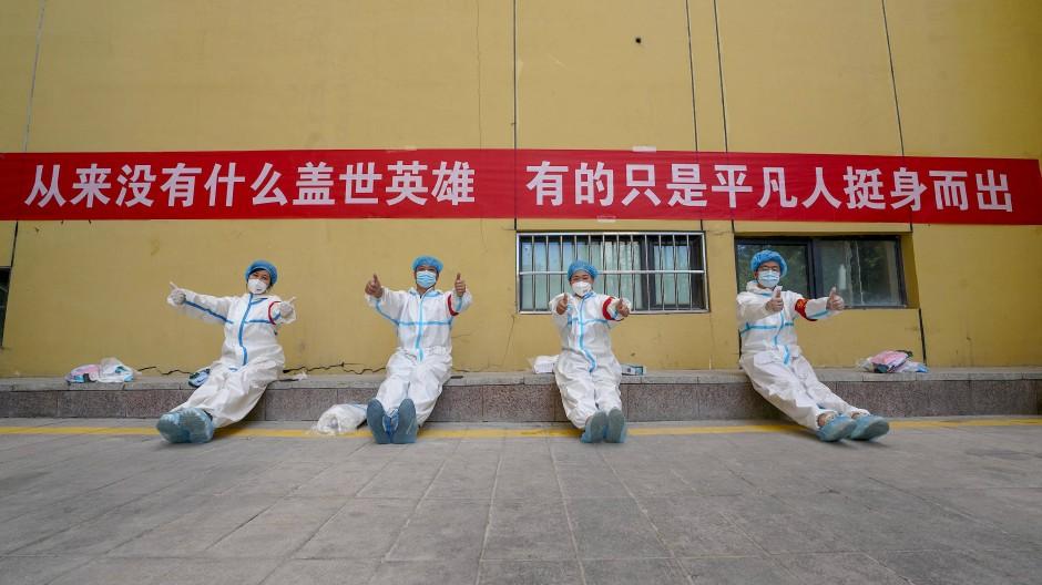 Freiwillige Helfer in Schutzkleidung im Bezirk Toutunhe in Xinjiang am 21. August.