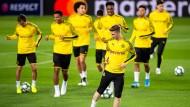 Wollen gegen Barcelona punkten: Die Dortmunder Spieler um Marco Reus laufen sich beim Abschlusstraining warm.