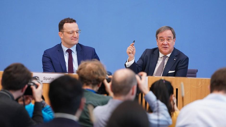 Armin Laschet (rechts), bewirbt sich neben Friedrich Merz und Norbert Röttgen um den CDU-Vorsitz.
