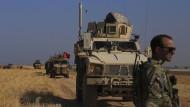 Türkische und amerikanische Panzerfahrzeuge patrouillieren am 4. Oktober bei der gemeinsamen Bodenpatrouille in der sogenannten Sicherheitszone auf der syrischen Seite der Grenze zur Türkei.