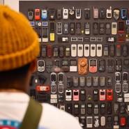 Mobiltelefone, die illegalen Migranten abgenommen wurden: Tom Kiefer hat sie arrangiert und fotografiert.