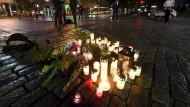 Auf dem Marktplatz von Turku gedenken die Finnen den Opfern der Messerattacke mit Kerzen.