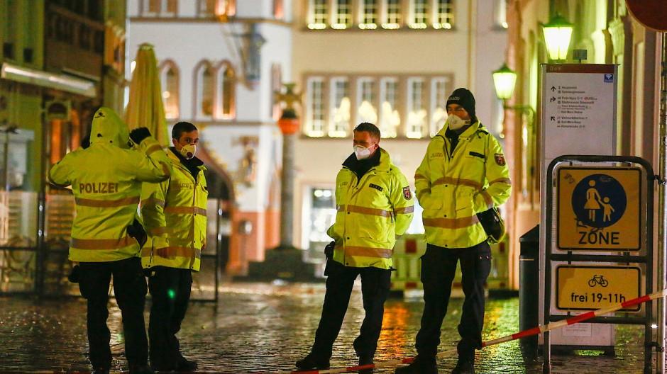 Ein schwarzer Tag für Trier: Polizisten am Tatort