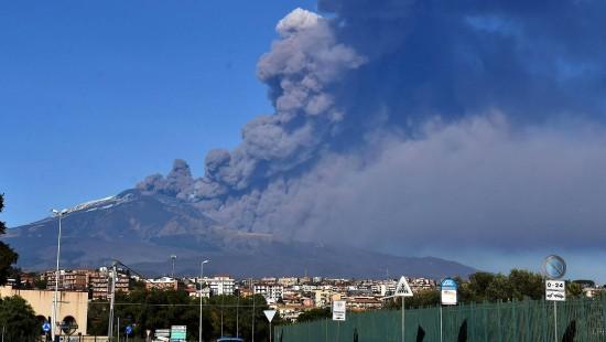Vulkan auf Sizilien spuckt wieder Asche