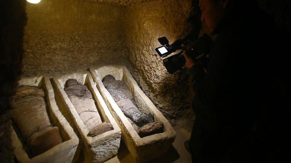 Mumie wird im Live-Fernsehen ausgegraben