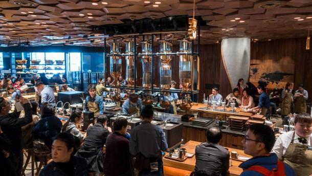 Im größten Starbucks der Welt rollt der Renminbi